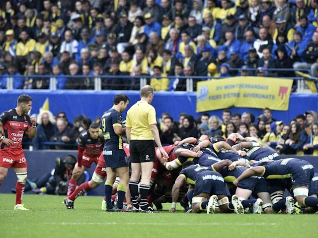 The two sides prepare for a scrum in the second half (Getty)