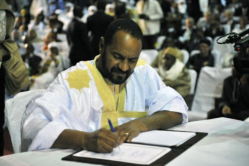 Sidi Brahim Ould Sidati, a member of the Arab Movement of Azawad, signs the ammended version of the Algerian Accord, on behalf of the Coordination of Azawad Movements (CMA), in Bamako, in June 2015 (AFP Photo/Habibou Kouyate)