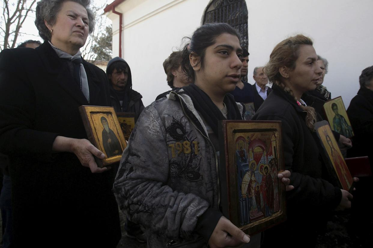 Christian Orthodox Iranian migrants hold icons during a Mass at a church in Idomeni, Greece, March 20, 2016. (Photo: Alexandros Avramidis / Reuters)