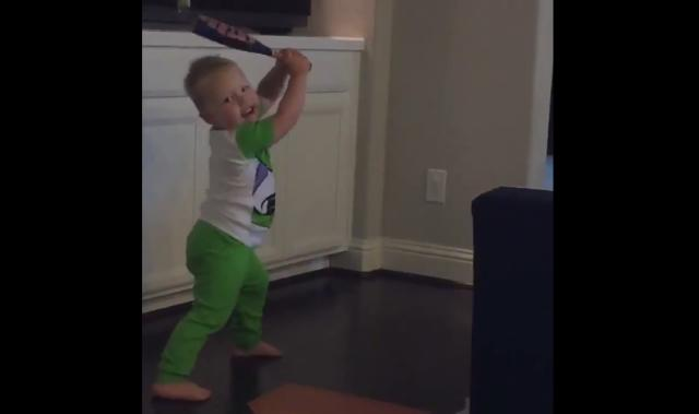 "A Houston toddler loves the <a class=""link rapid-noclick-resp"" href=""/mlb/teams/hou"" data-ylk=""slk:Astros"">Astros</a> so much that he memorized every player's batting stance. (Twitter/@PNAppleHouseRul)"