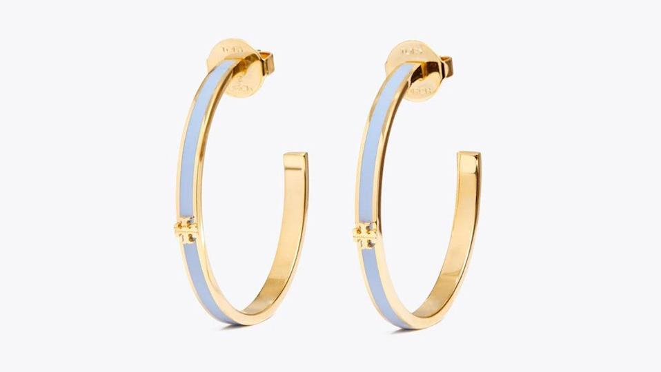 Add a touch of elegance and flair to any outfit with these hoops.