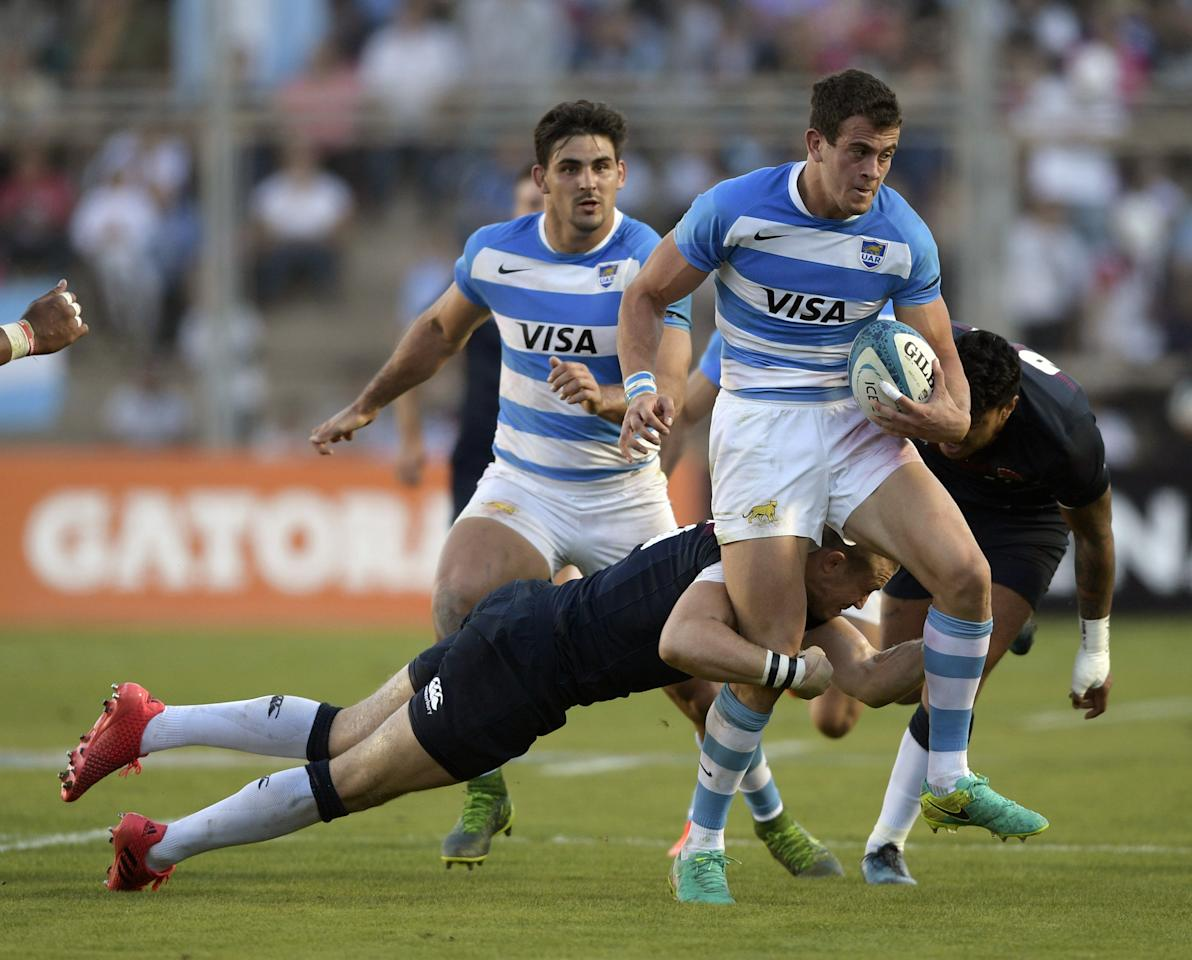 Argentina's Los Pumas wing Emiliano Boffelli (R) runs through a tackle by England's fullback Mike Brown during their Rugby Union test match at San Juan del Bicentenario stadium in San Juan, Argentina on June 10, 2017. (AFP Photo/JUAN MABROMATA)