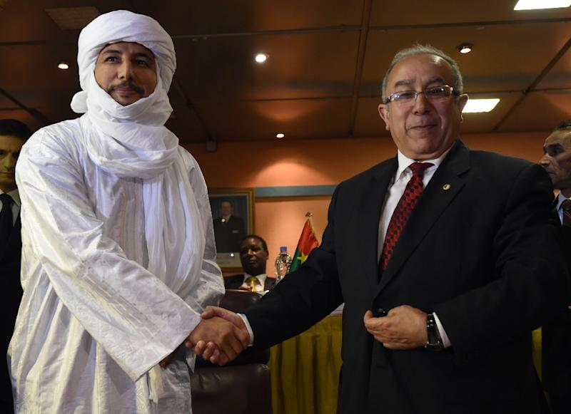 Algerian Foreign Minister Ramtane Lamamra (R) shakes hands with Secretary General of Mali's Tuareg National Movement for the Liberation of Azawad group Bilal Ag Acherif after the signing of a peace agreement with Mali government, on February 19, 2015 (AFP Photo/Farouk Batiche)