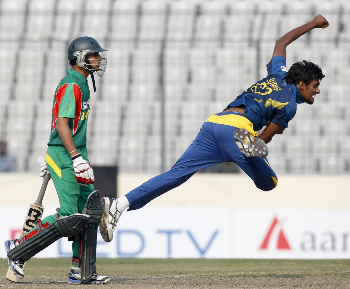 Sri Lanka's Suranga Lakmal bowls as Bangladesh's Nasir Hossain (L) watches during their third one day international (ODI) cricket match of the series in Dhaka February 22, 2014. REUTERS/Andrew Biraj (BANGLADESH - Tags: SPORT CRICKET)