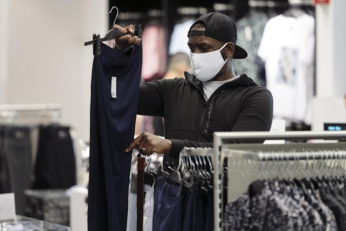 Shopper at H & amp; M in downtown Westfield San Francisco on Thursday. (Michael Short / Bloomberg via Getty Images)