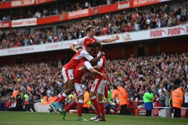 Arsenal's midfielder Aaron Ramsey (R) celebrates with teammates after scoring against Everton on May 21, 2017 (AFP Photo/Justin TALLIS)