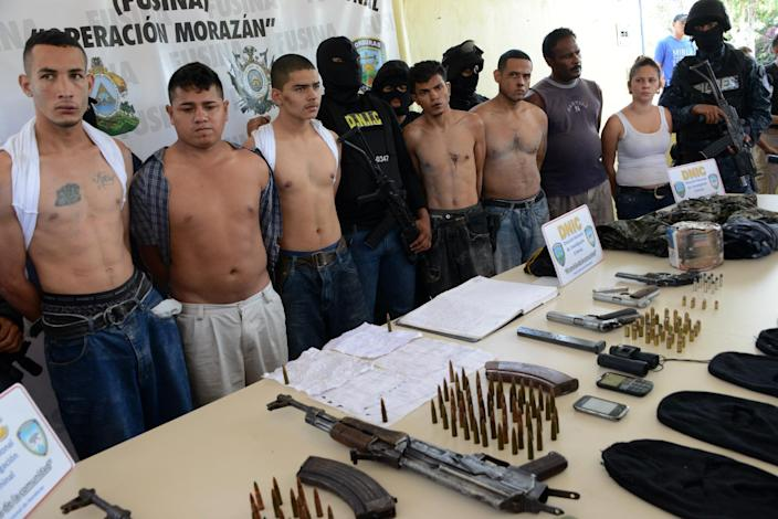 The leader of the Mara 18 gang, Hector Manuel Pineda (L), aka 'Calavara', is presented to the press along with other gang members, following their arrest in Tegucigalpa, Honduras, on October 17, 2014 (AFP Photo/Orlando Sierra)