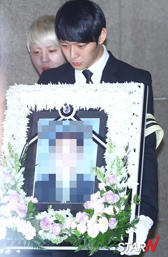 Park Yu-cheon expresses his thanks to the fans who visited his father's graveyard