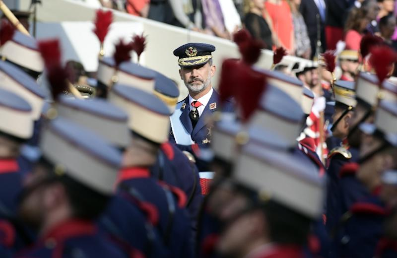 Spain's King Felipe VI reviews the troops during the Spanish National Day military parade in Madrid on October 12, 2017 (AFP Photo/JAVIER SORIANO)