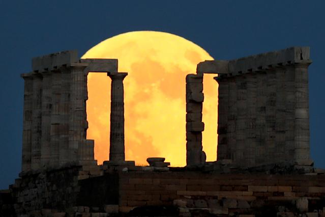<p>A full moon rises behind the Temple of Poseidon before a lunar eclipse in Cape Sounion, near Athens, Greece, July 27, 2018. (Photo: Alkis Konstantinidis/Reuters) </p>