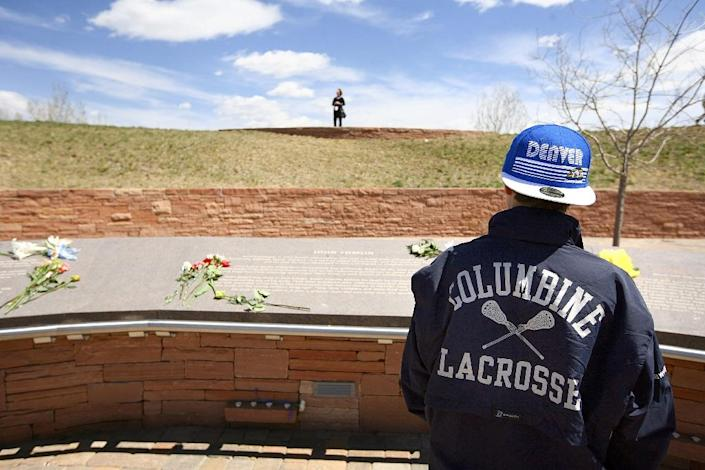 A student commemorates the ten-year anniversary of the Columbine High School shootings at the Columbine Memorial Park on April 20, 2009 in Littleton, Colorado (AFP Photo/Marc Piscotty)