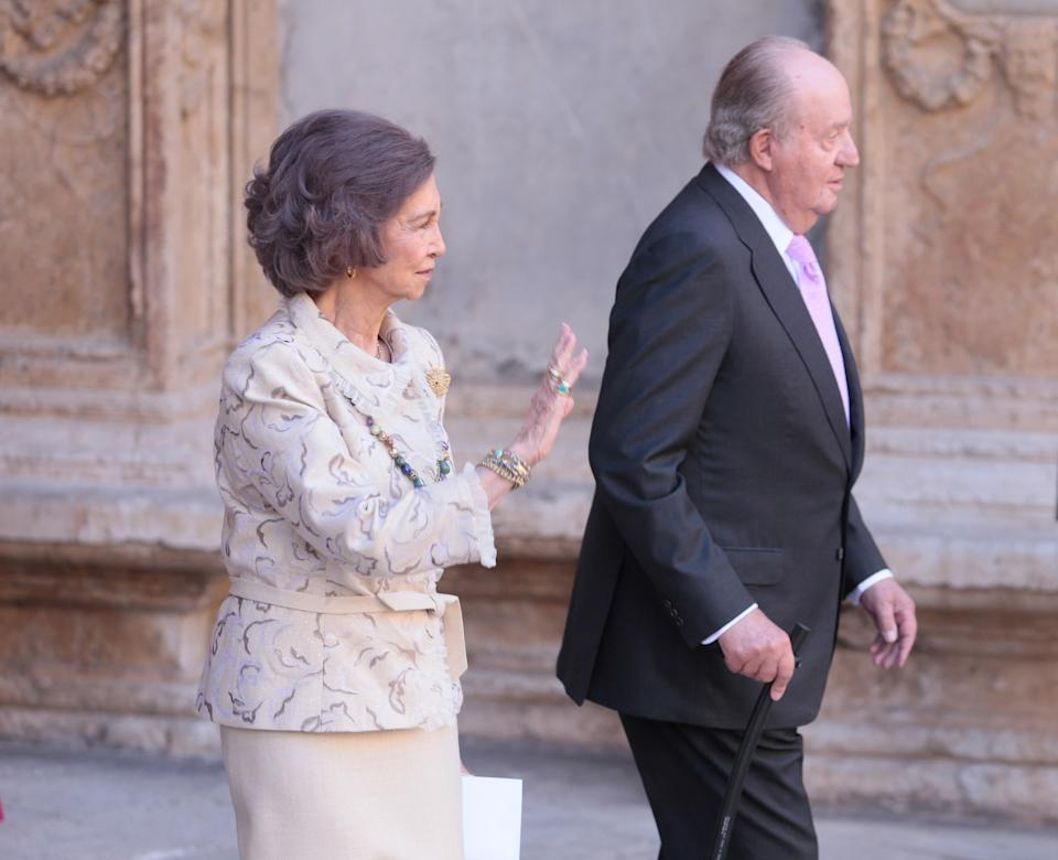 Members of the Spanish Royal Family King Juan Carlos and Queen Sofia pose for the media after attending an Easter Sunday mass at Palma de Mallorca's Cathedral on the Spanish island of Mallorca, Spain April 1, 2018. REUTERS/Enrique Calvo