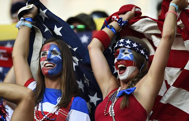 Fans of the U.S. cheer before their 2014 World Cup Group G soccer match against Portugal at the Amazonia arena in Manaus June 22, 2014. REUTERS/Dylan Martinez (BRAZIL - Tags: SOCCER SPORT WORLD CUP)