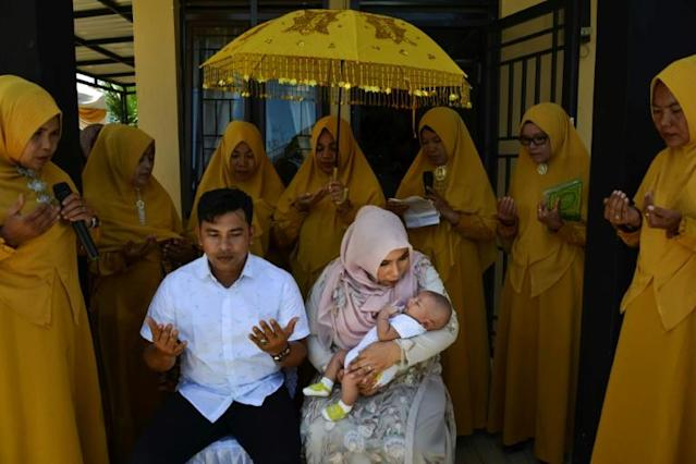 "Indonesian Muslim observe a ritual ""aqiqah"" for a new born baby in Banda Aceh (AFP Photo/CHAIDEER MAHYUDDIN)"