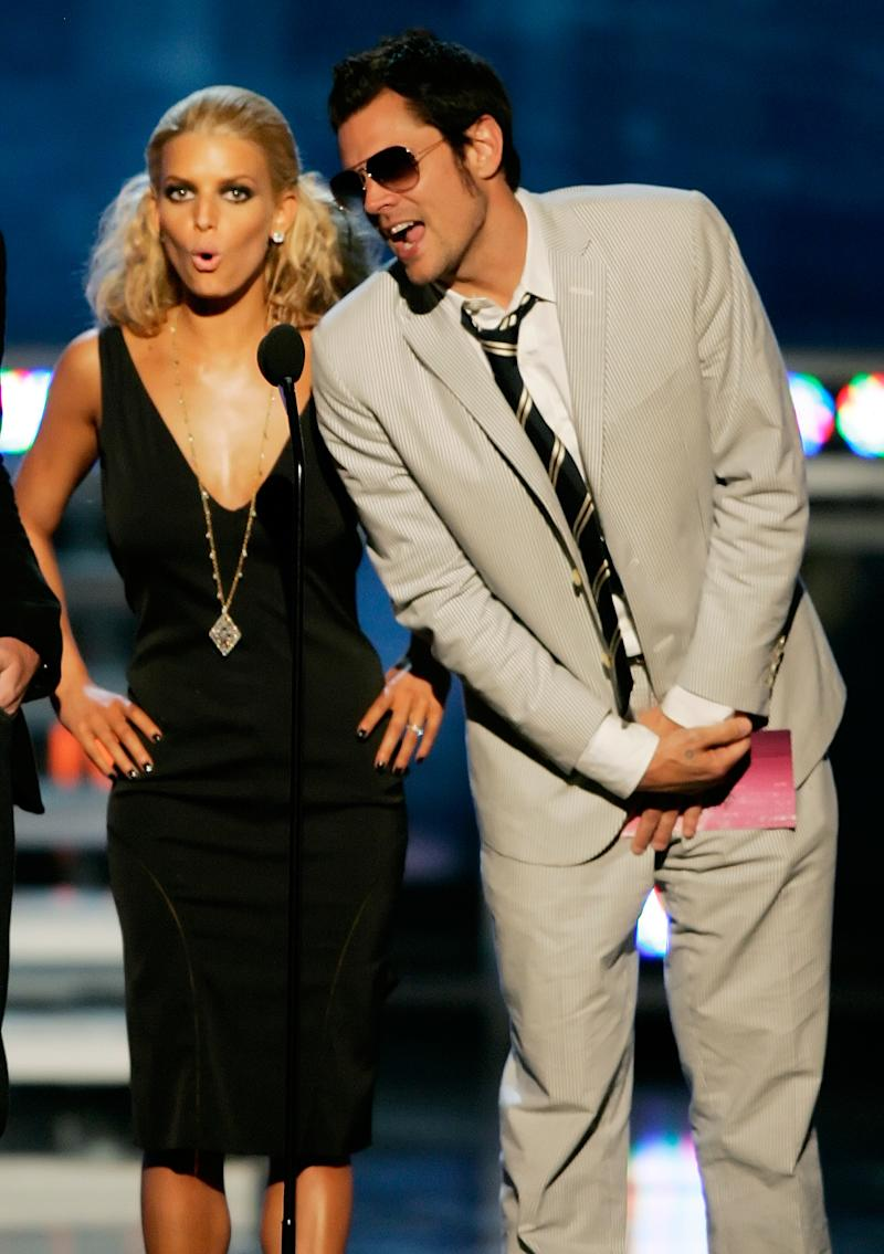 Jessica Simpson and Johnny Knoxville presenting at the 2005 MTV Movie Awards. (Photo: REUTERS/Fred Greaves FSP/TZ)
