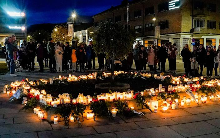 Flowers and candles are placed at the scene of an attack on the Stortorvet in Kongsberg - Terje Bendiksby/NTB Scanpix via AP