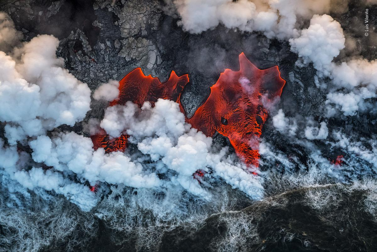Red-hot lava tongues flow into the Pacific Ocean, producinghuge plumes of noxious laze – a mix of acid steam and fine glass particles – as they meet the crashingwaves. This was the front line of the biggest eruption for 200 years of one of the world's mostactive volcanos –Kîlauea,on Hawaii's Big Island.