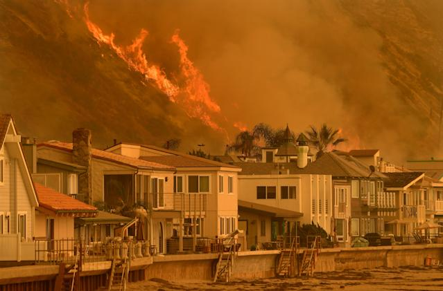 <p>The Thomas Fire reaches the Northbound 101 freeway north of Ventura Wednesday threatening beachfront homes on December 6, 2017 in Ventura, Calif. (Photo: Wally Skalij/Los Angeles Times via Getty Images) </p>