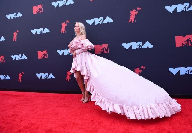 Zara Larsson went for a frilly, pastel-pink Giambattista Valli dress. Newark, August 26, 2019