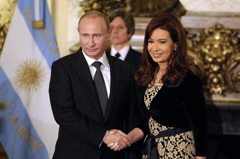 Argentine President Cristina Fernandez de Kirchner (R) and Russian President Vladimir Putin before a meeting at the presidential palace in Buenos Aires on July 12, 2014 (AFP Photo/Maxi Failla)