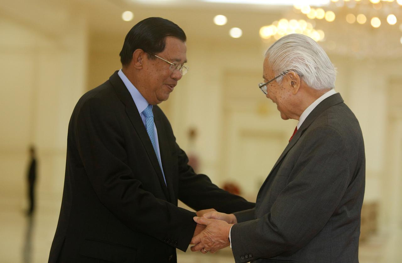 Singapore's president Tony Tan Keng Yam (R) shakes hands with Cambodian Prime Minister Hun Sen as he arrives for a meeting at the Prime Minister's office in Phnom Penh, Cambodia January 9, 2017. REUTERS/Samrang Pring
