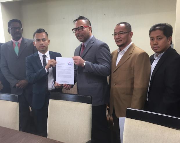 PBR's Datuk Khairuddin Abu Hassan (centre) submitting his party's application to Pakatan Harapan representative Fahmi Fadzil, April 4, 2017. — Picture by Kamles Kumar