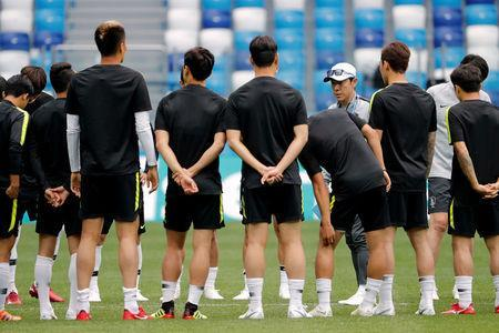 Soccer Football - World Cup - South Korea Training - Nizhny Novgorod Stadium, Nizhny Novgorod, Russia - June 17, 2018 South Korea coach Shin Tae-yong speaks with players during training REUTERS/Carlos Barria