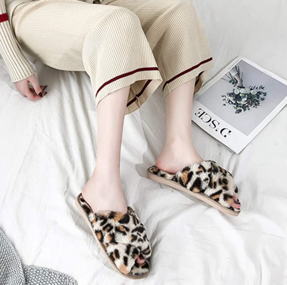 Ehoomely Faux Fur Slipper Sandals in White Leopard