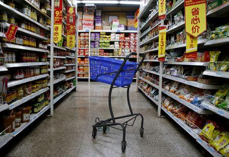 FILE PHOTO: An empty shopping cart is seen at a branch store of Wal-Mart in Beijing, China, October 15, 2015.    REUTERS/Kim Kyung-Hoon/File Photo