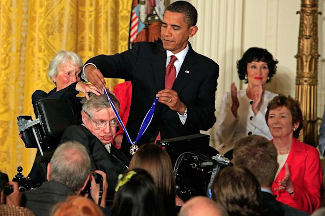 <p>President Barack Obama (R) presents the Medal of Freedom to physicist Stephen Hawking during a ceremony in the East Room of the White House, Aug.12, 2009 in Washington. (Photo: Chip Somodevilla/Getty Images) </p>