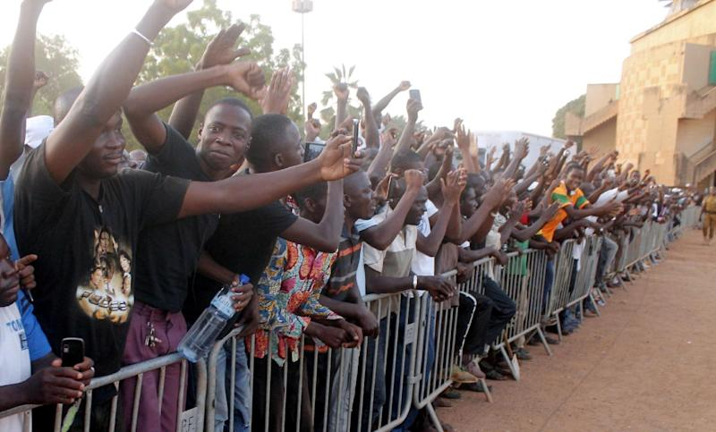 People cheer for Burkina Faso's army-appointed leader Lieutenant-Colonel Isaac Zida in Ouagadougou on November 16, 2014 (AFP Photo/)