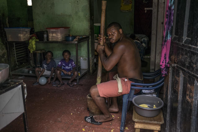 <p>A Garifuna man in his house with his children. The Afro-Honduran communities are an example of internal migration in the country. They live mainly on the Atlantic coasts and the islands, but some are forced to move to the big cities to find a job.<br>Garifunas oppose their forced displacement from traditional lands by tourism and residential development projects, and for this reason among others suffer repression and isolation. (Photo: Francesca Volpi) </p>
