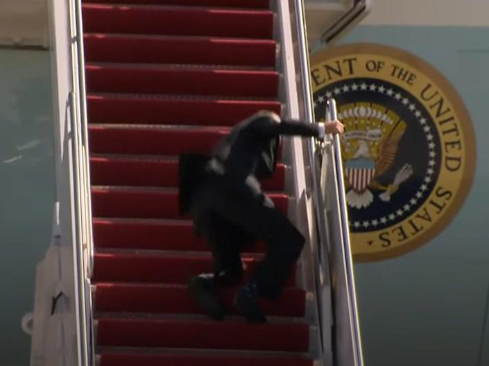 Biden falls walking up stairs boarding Air Force One (YouTube )