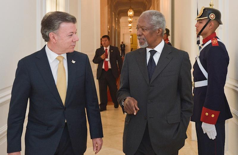 Handout picture released by the Colombian presidential press office shows President Juan Manuel Santos (L) meeting with former UN secretary-general Kofi Annan in Bogota, on February 23, 2015