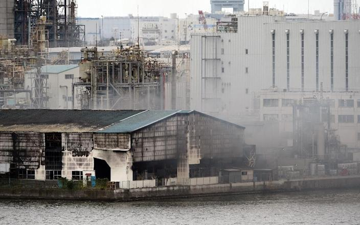 Smoke rises from a steel plant near Tokyo's Haneda airport, on August 24, 2015 (AFP Photo/Toshifumi Kitamura)