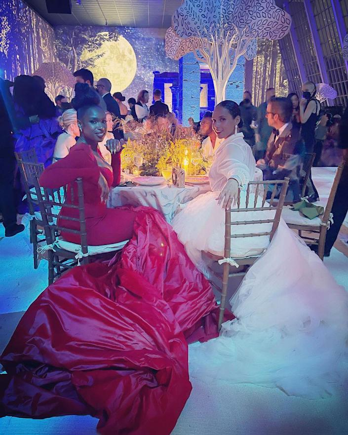 """<p>Jennifer Hudson and Alicia Keys (and their epic trains) caught up at their very VIP table in what Hudson called her """"favorite"""" moment of the night.</p>"""
