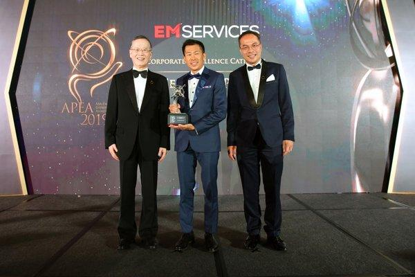 Tony Khoo, CEO of EM Services receiving the APEA 2019 Singapore Corporate Excellence Award on behalf of the Company