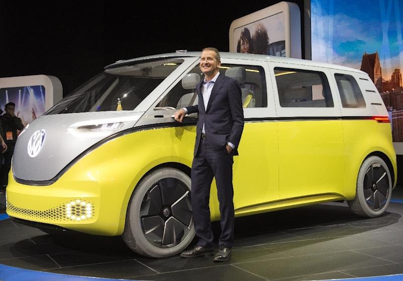 Hinrich Woebcken (R), President and CEO of Volkswagen Group of America, unveils the Volkswagen I.D. Buzz autonomous minibus concept during the North American International Auto Show in Detroit, Michigan, January 9, 2017 (AFP Photo/SAUL LOEB)