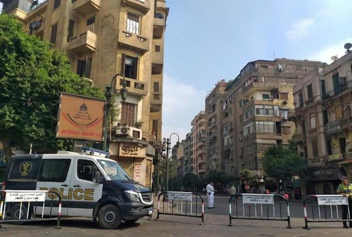 Egyptian security forces block a road leading to Cairo's Tahrir square (AFP Photo/Khaled DESOUKI)