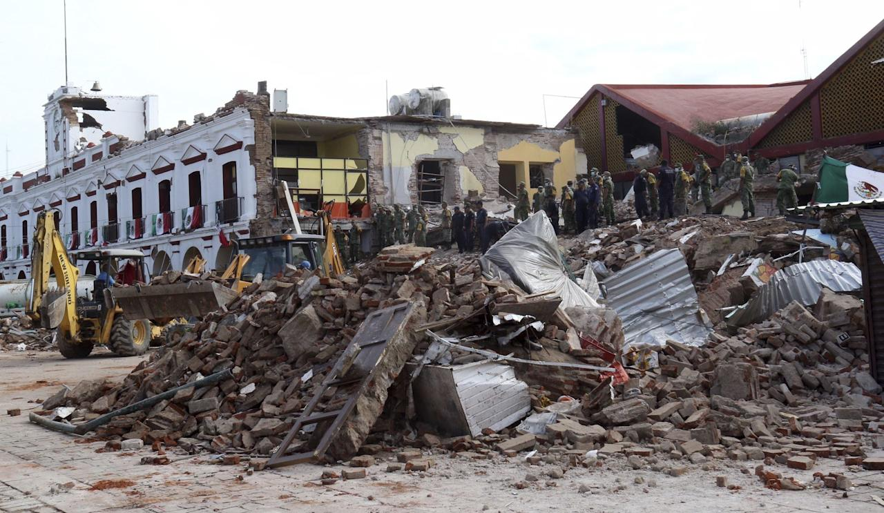 <p>Soldiers remove debris from a partly collapsed municipal building after an earthquake in Juchitan, Oaxaca state, Mexico. (AP/REX/Shutterstock) </p>