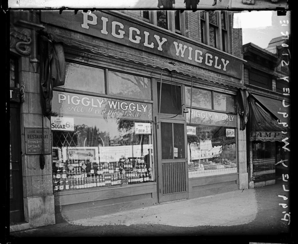 View of the front of the Piggly Wiggly store, located at 106 South Austin in the Austin community area, Chicago, Illinois, 1926. (Photo by Chicago Sun-Times/Chicago Daily News collection/Chicago History Museum/Getty Images)
