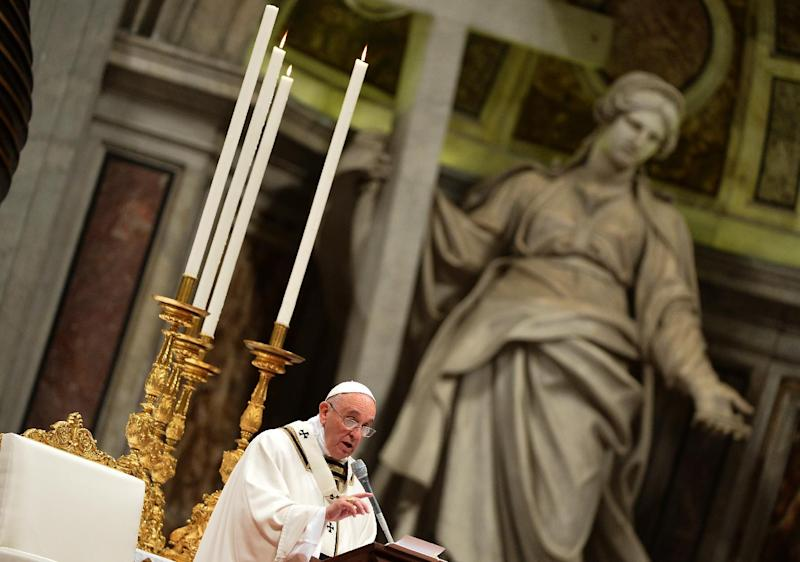 Pope Francis leads a Christmas Eve mass at St Peter's Basilica at the Vatican to mark the nativity of Jesus Christ on December 24, 2014 (AFP Photo/Alberto Pizzoli)