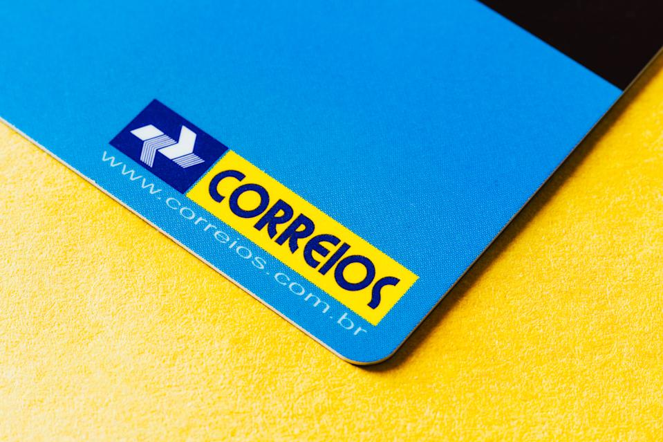 BRAZIL - 2020/10/04: In this photo illustration, the Correios logo seen on a card. (Photo Illustration by Rafael Henrique/SOPA Images/LightRocket via Getty Images)