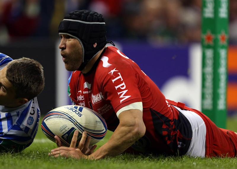 Toulon's Australian centre Matt Giteau scores a try during the European Cup final against Saracens in Cardiff on May 24, 2014