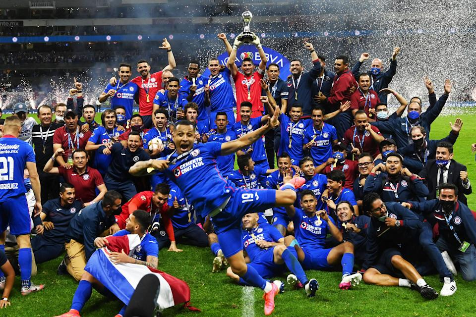 Cruz Azul's captain Jesus Corona (C) and teammates celebrate with the trophy after winning the Mexican Clausura final football match against Santos at Azteca stadium in Mexico City, on May 30, 2021. (Photo by RODRIGO ARANGUA / AFP) (Photo by RODRIGO ARANGUA/AFP via Getty Images)