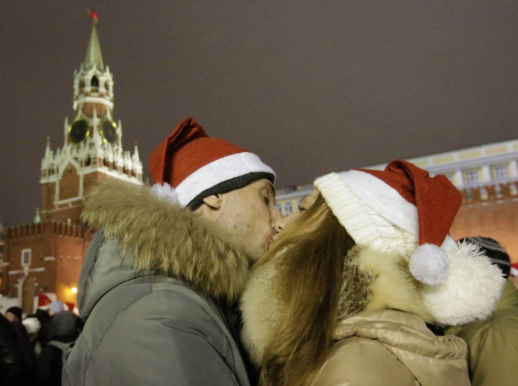 Revellers kiss as they celebrate ahead of New Year's Day in Red Square in Moscow December 31, 2012.