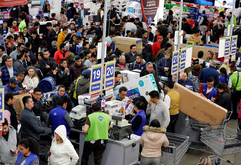 Shoppers wait in line to pay for purchases as the holiday shopping season kicks off with 'El Buen Fin' (The Good Weekend), at a Sam's Club store, in Mexico City, Mexico, November 17, 2017. (REUTERS/Henry Romero)