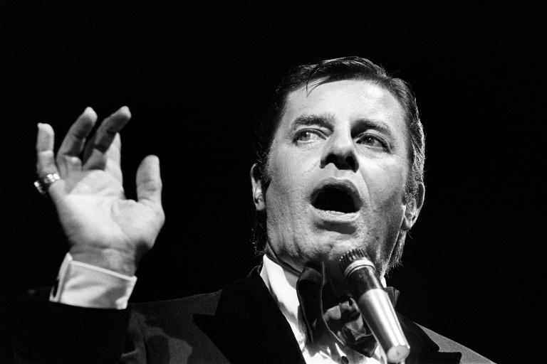 Jerry Lewis performs at L'Olympia in Paris in 1976