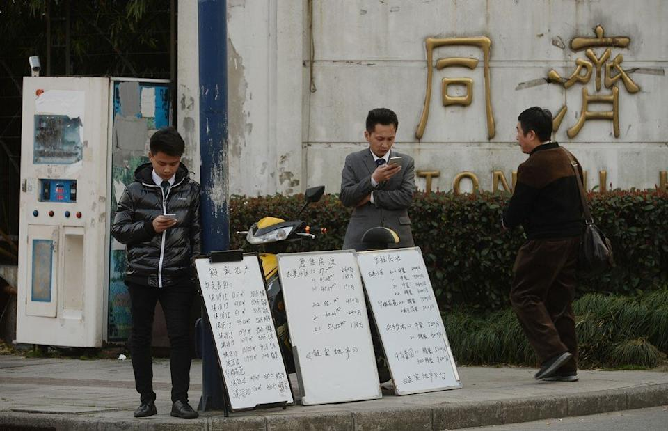 Real estate agents in Shanghai wait for customers. Photo: Lai Xinlin
