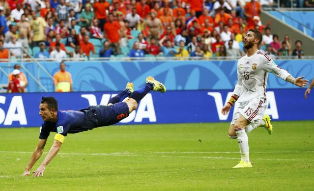 Spain's Sergio Ramos (R) reacts as Robin van Persie of the Netherlands scores during their 2014 World Cup Group B soccer match at the Fonte Nova arena in Salvador June 13, 2014. REUTERS/Michael Dalder (BRAZIL - Tags: SOCCER SPORT WORLD CUP)